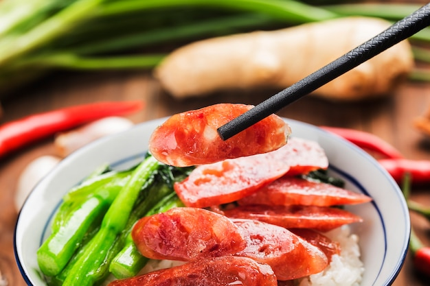 Riso fritto con alimento cinese della salsiccia