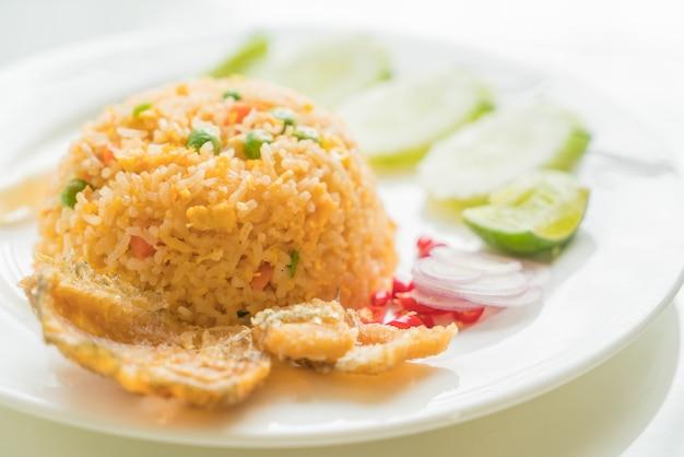 Riso fritto con pesce crudo gourami