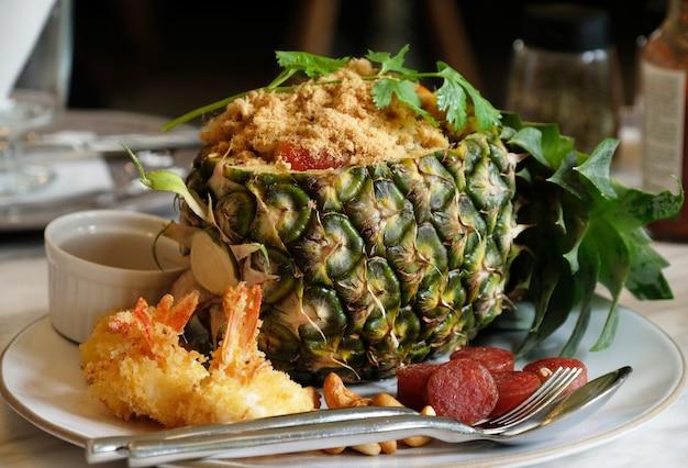 Riso fritto di ananas con gamberi e salsiccia cinese