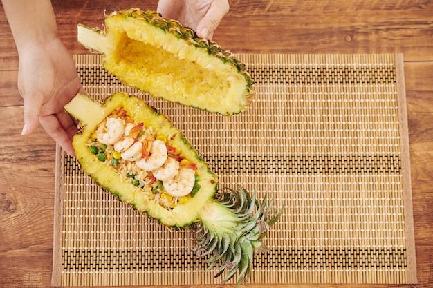 Riso fritto in una ciotola di ananas