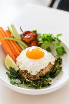Riso fritto piccante con uovo fritto e verdure