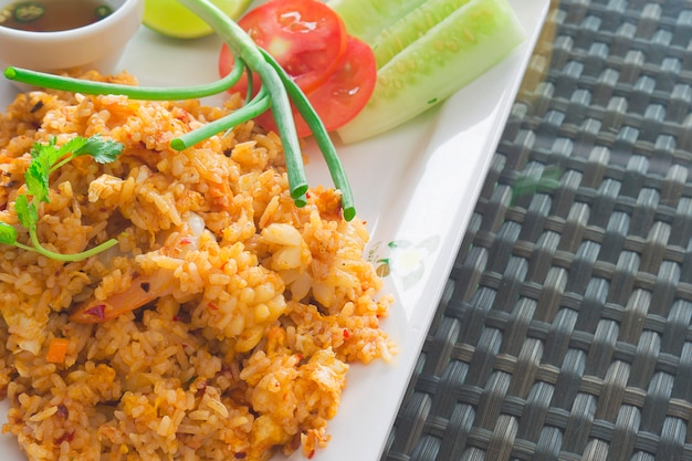 Riso fritto tailandese con salsa di peperoncino pronto per essere mangiato