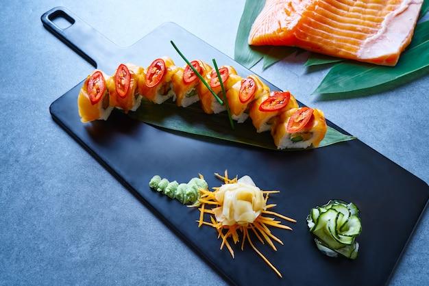 Riso maki sushi con asparagi di salmone e peperoncino