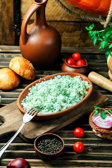 Riso mescolato con erbe nel piatto
