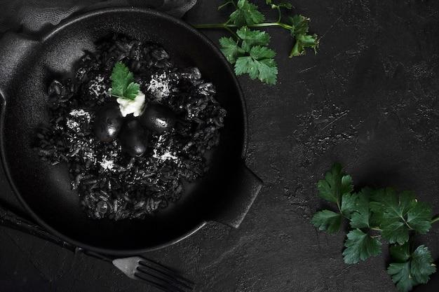 Riso nero con olive piatte