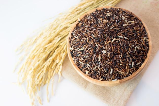 Riso sbramato sulla cima di legno di vista della pianta del riso e del piatto