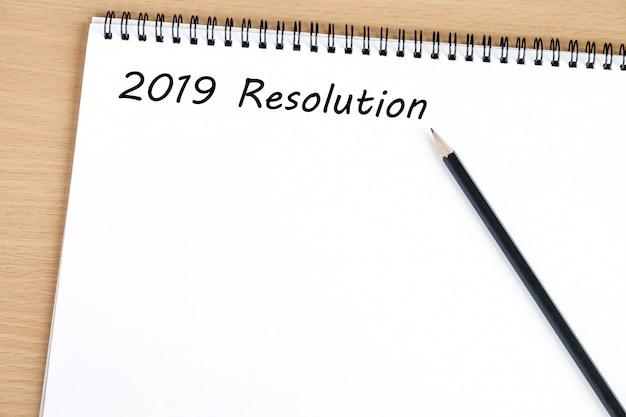 Risoluzione 2019 su sfondo notebook carta bianca
