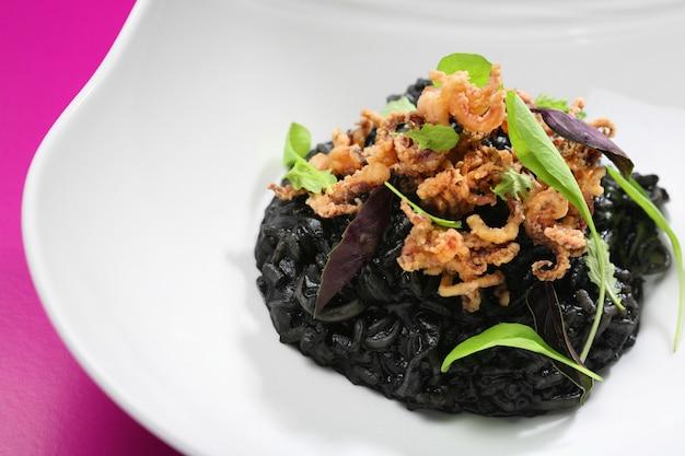 Risotto al nero di seppia e calamari in pastella.