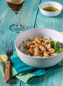 Risotto alle cozze. cucina italiana. nutrizione appropriata. cibo vegetariano.