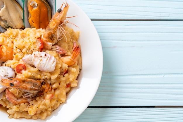 Risotto con frutti di mare (gamberi, cozze, polpi, vongole) e pomodori