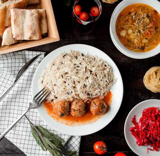 Risotto con polpette di carne e zuppa di verdure con tagliatelle