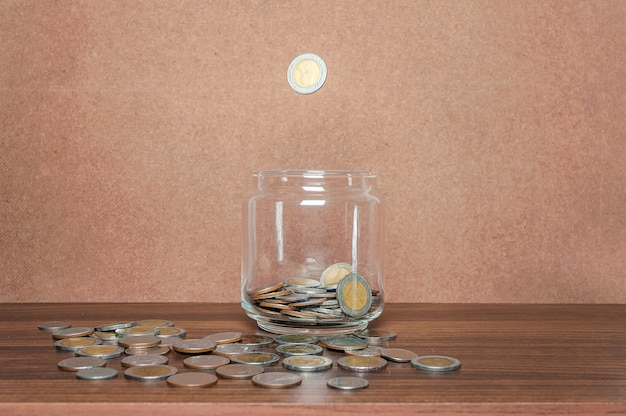 Risparmiare denaro e conto bancario per il concetto di affari finanza