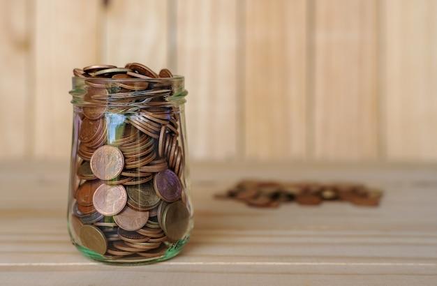 Risparmiare denaro e conto bancario per il concetto di business finanziario