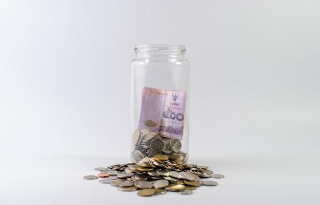 Risparmiare denaro, risparmiare denaro per il futuro prima della vita.