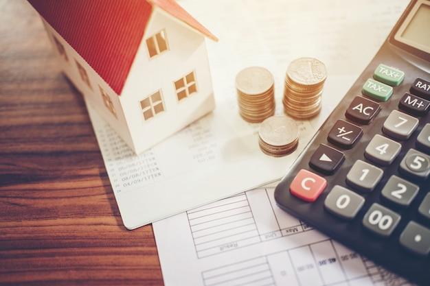 Risparmio di denaro concetto calcolatrice costo per la casa.