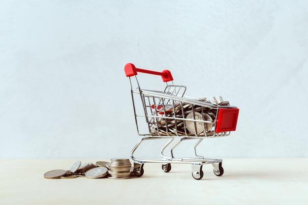 Risparmio di denaro concetto, carrello o carrello con moneta