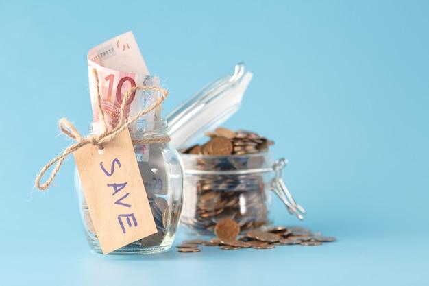 Risparmio di denaro in barattolo