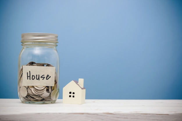 Risparmio di denaro per casa nella bottiglia di vetro