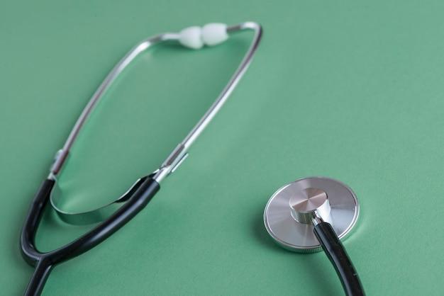 Risuonatore dello stetoscopio vicino ai padiglioni auricolari