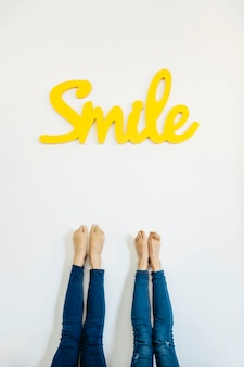 Ritaglia gambe e sorriso colorato parola