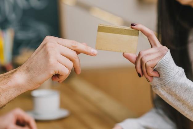 Ritaglia il cliente pagando con carta di credito