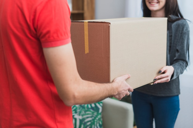 Ritaglia il cliente ricevendo pacco con corriere