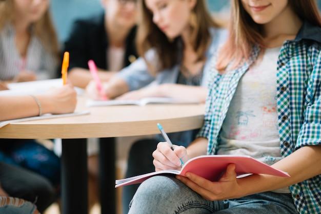 Ritaglia il contenuto ragazza facendo i compiti