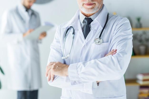 Ritaglia il medico fiducioso in ufficio