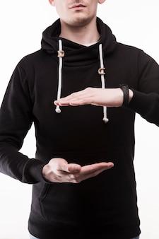 Ritaglia l'uomo mostrando le dimensioni
