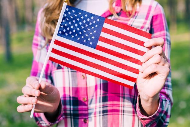 Ritaglia la bandiera femminile della holding degli stati uniti