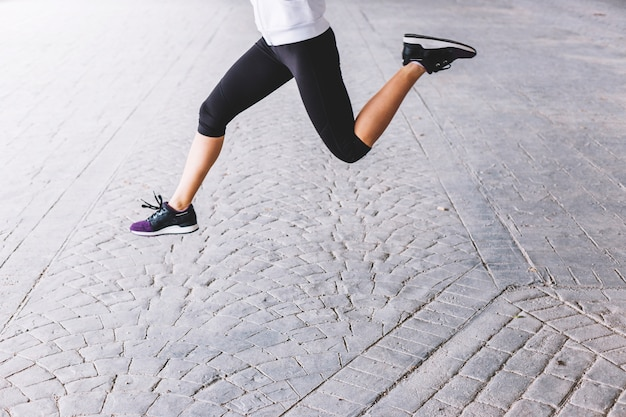 Ritaglia la donna che salta durante l'allenamento