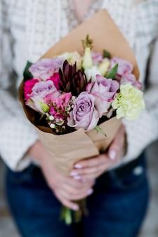 Ritaglia la donna con un bellissimo bouquet
