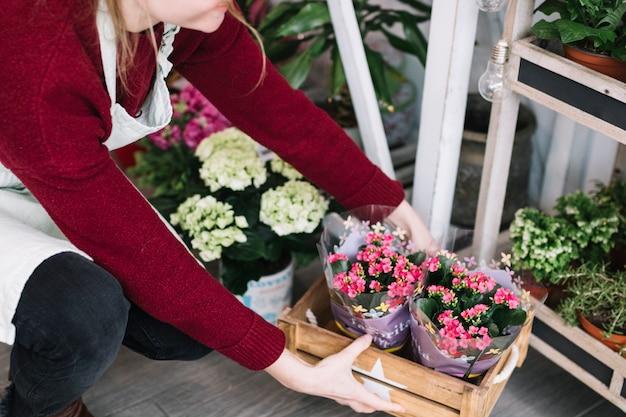 Ritaglia la donna disponendo fiori consegnati