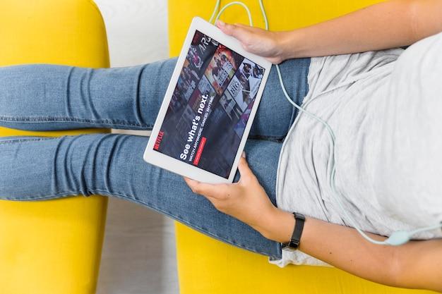 Ritaglia la donna navigando nel sito netflix sul divano