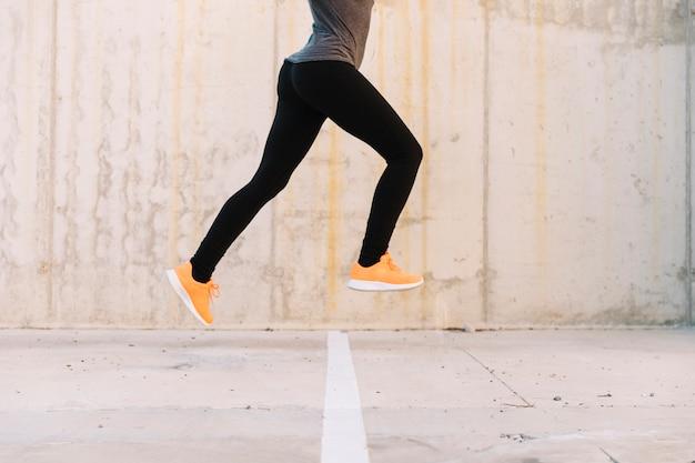 Ritaglia la donna saltando durante l'allenamento