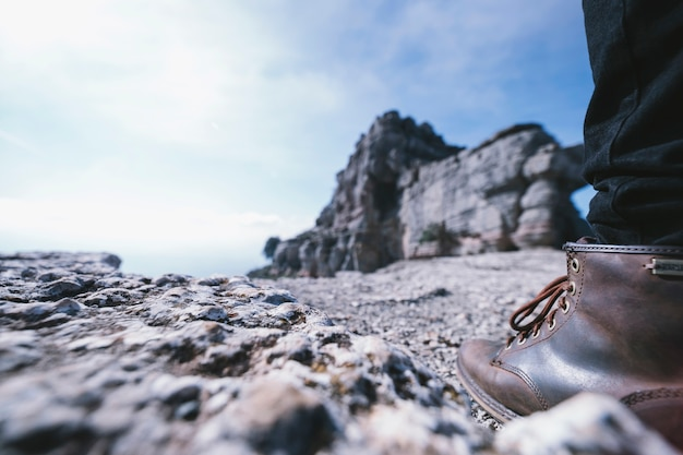 Ritaglia la gamba sulla roccia