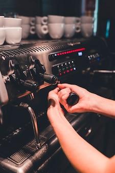 Ritaglia la mano attaccando il portafiltro alla macchina da caffè