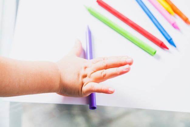 Ritaglia la mano con i pastelli