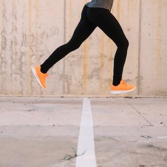 Ritaglia la persona che salta durante l'allenamento