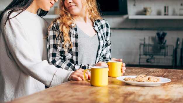 Ritaglia le donne lesbiche facendo colazione