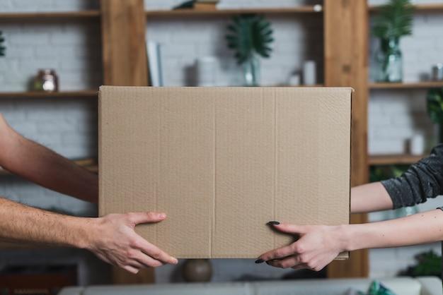 Ritaglia le mani con il pacco