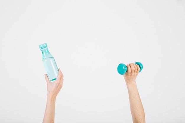 Ritaglia le mani con la bottiglia e il manubrio