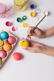 Ritaglia le mani dipingendo sull'uovo