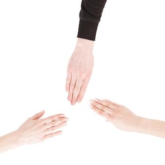 Ritaglia le mani mostrando il gesto della carta