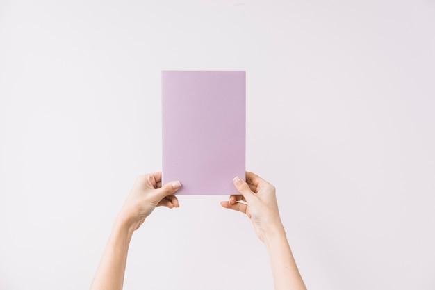 Ritaglia le mani tenendo il libro chiuso