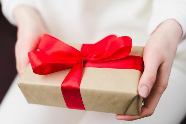 Ritaglia le mani tenendo la scatola regalo