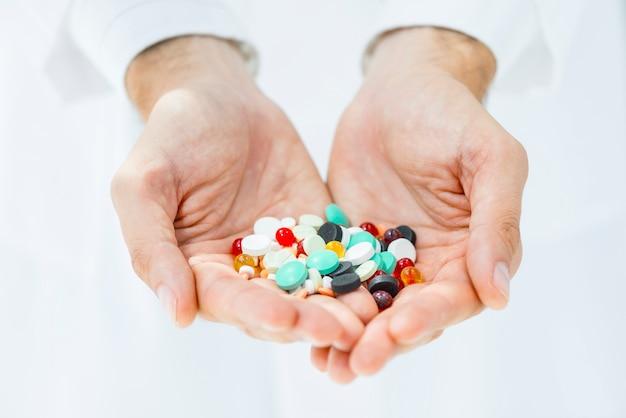 Ritaglia le mani tenendo pillole