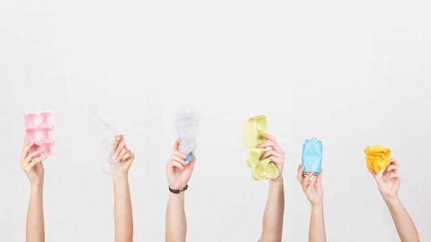 Ritaglia le mani tenendo spazzatura