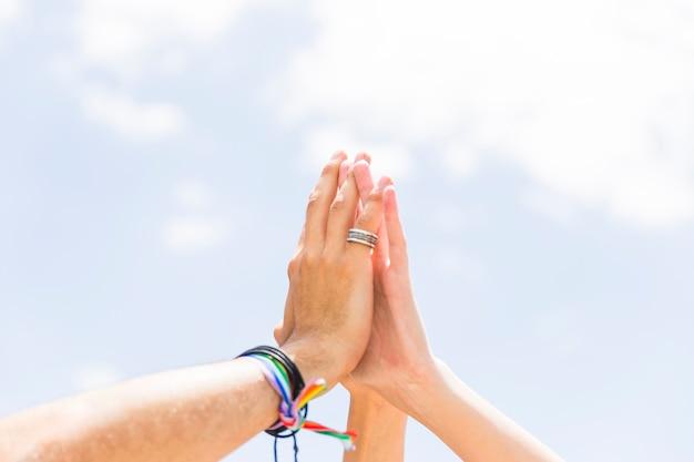 Ritaglia le mani tenendosi l'un l'altro