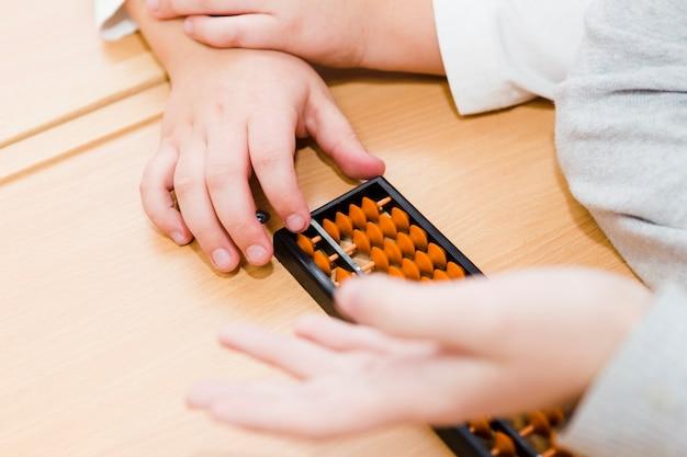 Ritaglia le mani usando l'abaco durante la lezione